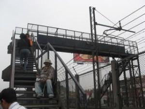 puente peatonal: angosto y empinado