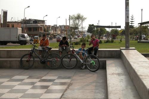 Chicos en Alameda de la Juventud, Villa El Salvador